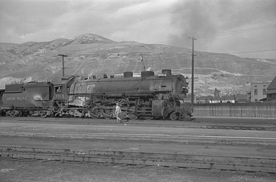 UP_2-10-2_5515-with-train_Salt-Lake-City_Oct-5-1947_001_Emil-Albrecht-photo-230-rescan