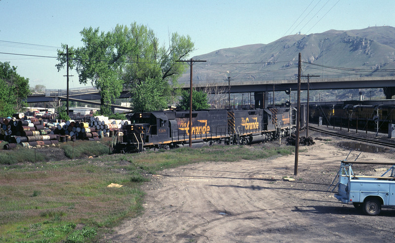 D&RGW eastbound train passing through the Grant Tower interchnage. May 1983. (Don Strack photo)
