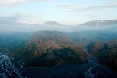 Til hægri sést í Krossá og Bólhöfuð, fyrir miðju er Vestrihattur og þar fyrir aftan er Útigönguhöfði, þá Hvanná og Hvannárgil.
