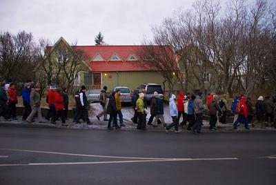 Hópurinn liðast fram hjá gamla pósthúsinu