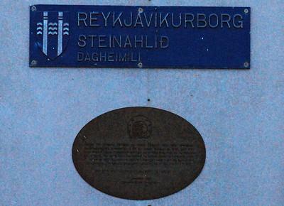 Á Steinahlíð er þetta skilti að finna