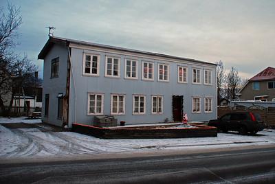 Gamla Aðalstræti 6, byggt 1825, vék fyrir Morgunblaðshöllinni. Það er nú að Efstasundi 99.  Það er eitt af elsu húsum Reykjavíkur og nú er verið að gera það upp.