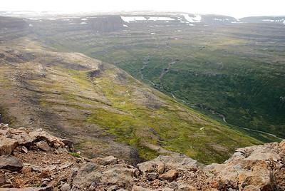 Þarna er hægt að komast niður í Hattardal.