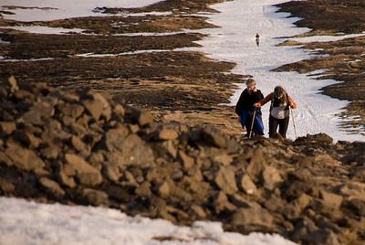 Aðabjörg og Álfhildur nálgast steininn
