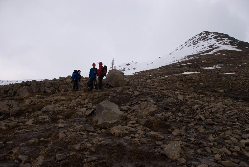 Lagt af stað niður. Þverfellshornið blasir við. Klukkan 18.28