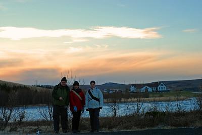 Ingvi, Álfhildur og Þorbjörg, Elliðavatnsbærinn í bakgrunni.