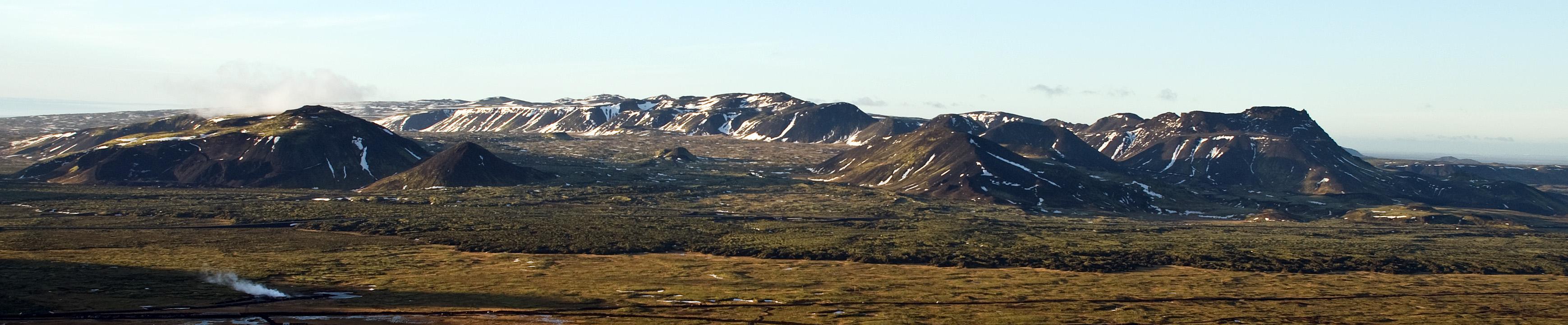 Lambafell, Lambafellshnúkur, Bláfjallahryggur  (í bakgrunni), Nyrðri-Eldborg (eins og lítill hóll), Blákollur, Sauðadalahnúkar og Vífilsfell