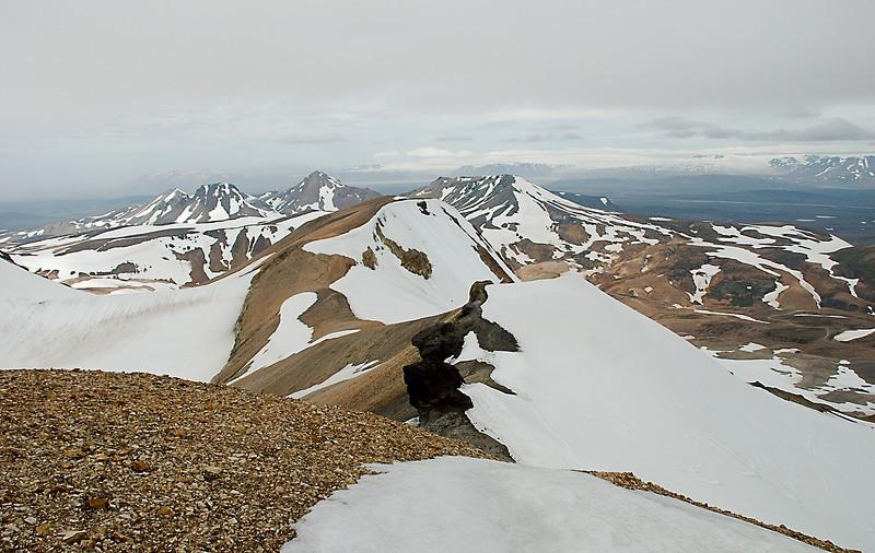 Langjökull í bakgrunni. Röðull, Höttur, Ögmundur og Mænir. Þá kemur Fannborg og Hánýpur. Myndin tekin af Snækolli.