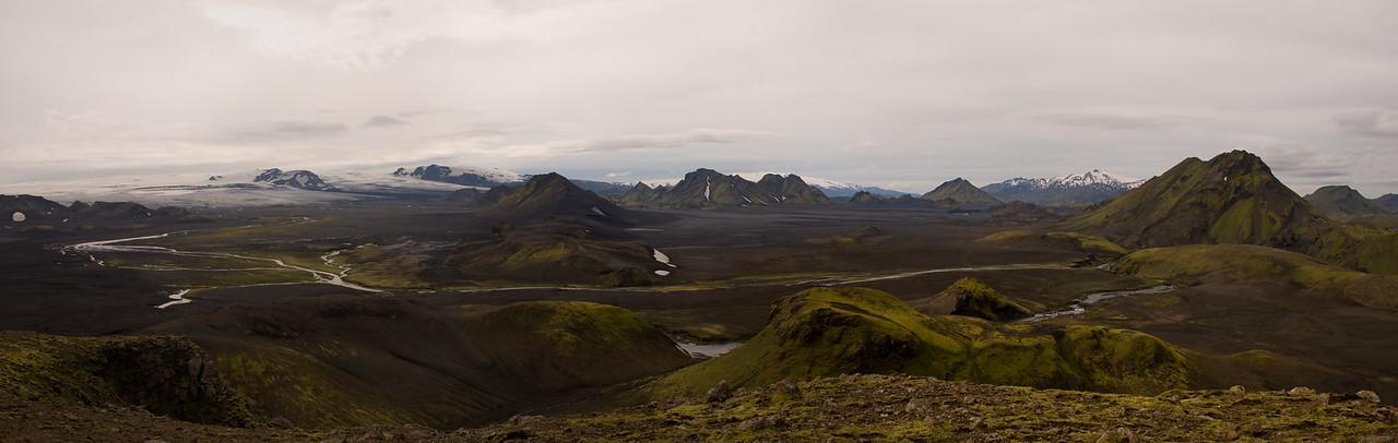 Sléttjökull. Enta og Entujökull. Smáfjallarani og Smáfjöll upp af honum. Stórkonufell. Útigönguhöfðar. Hattafell. Tindfjallajökull. Stóra-Súla