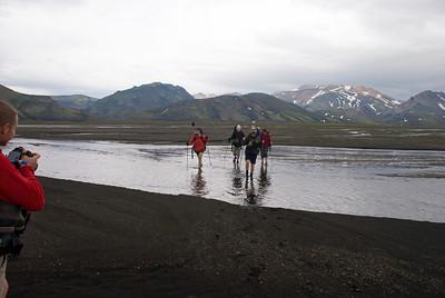 Þorbjörg, Ragnheiður, Magnea og Amandine að vaða í Kaldaklofi. Pierre mundar myndavélina.   Það sést rétt í Einstigsfjall vinstra megin. Þar fyrir aftan er Útigönguhöfði. Sléttafell. Kaldaklofsfjöll.