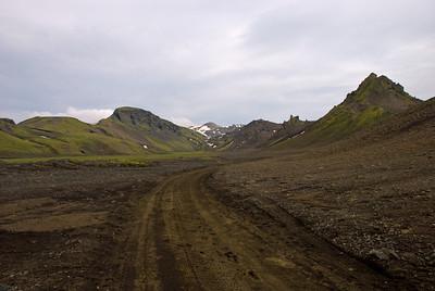 Hvanngil framundan. Ferðinni er heitið á Hvanngilshnausa hægra megin við Hvanngil, fyrir innan þá er Röðull. Vinstra megin í Hvanngili er Ófæra og Ófæruhöfði. Fyrir botni Hvanngils sést í Kaldaklofsfjöll, Skerinef?