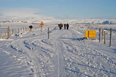 Horft eftir veginum, hópurinn mjakast áfram. The group moving along the road.