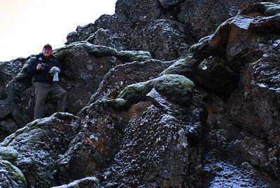Kristinn prílaði upp í klettana til að mynda hópinn