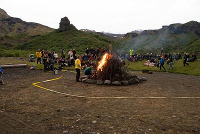 Búið að tendra eld. Kl. 21.28