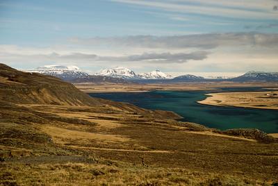 Hvítáin, aftar Auðhildarhryggur, Miðfell og Valahnúkur(?), aftast Rauðafell og Högnhöfði