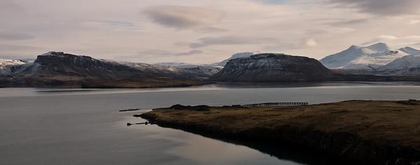 Hvítanes, með gamla bryggjukantinum. Þyrill, Þyrilsnes, Botnsdalur, Múlafjall og Brynjudalur í bakgrunni.