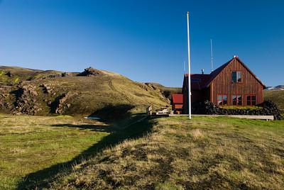 Strútsskáli í allri sinni dýrð. Gönguleiðin út á Mælifellssand upp frá skálanum.