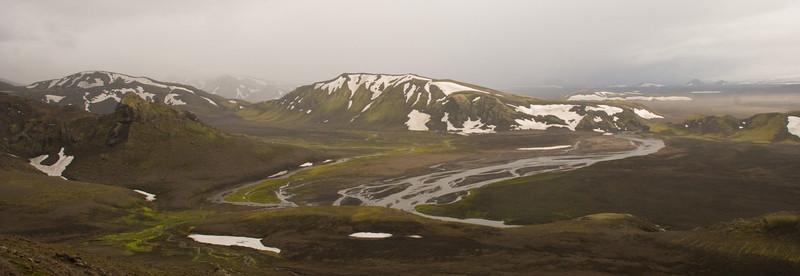 Það sést í Röðul og Sléttafell bak við hann. Fyrir miðju er Einstigsfjall og Kaldaklofskvísl. Til hægri sést í sandfok á Mælifellssandi.