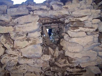 Fyrir öðru hellisherberginu var hlaðinn veggur.