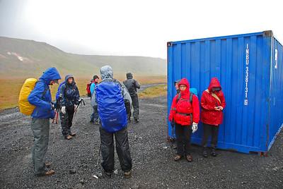Leitað skjóls við gám á leiðinni