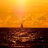 Segelbåt i soluppgång