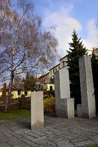 SIGMUND FREUD 1856 - 1939;  bronz Autory pomníku jsou sochař František Navrátil a Ing. arch. Zdeněk Makovský.