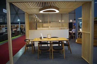 Stánok firmy Jelinek so svetelným stropom LOOP T 1200
