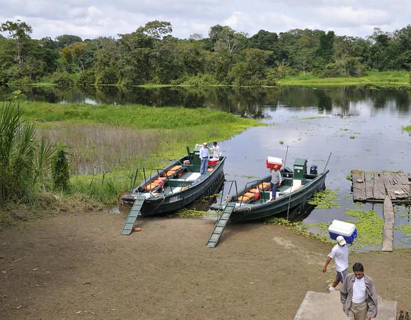 Unloading lunch, Santo Tomás, Rio Pacaya, Peru
