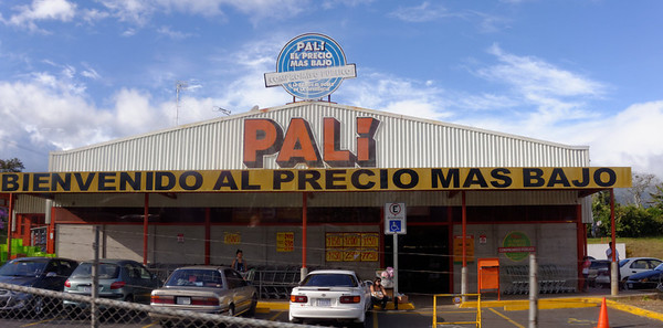 Palí (owned by Walmart) combines groceries, drugs, and warehouse items - San José Costa Rica