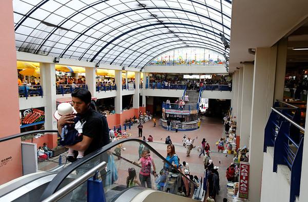 Mercado 10 de Augosto skylight and escalator