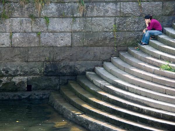 Women contemplating, Koblenz, below statue of Wilhelm