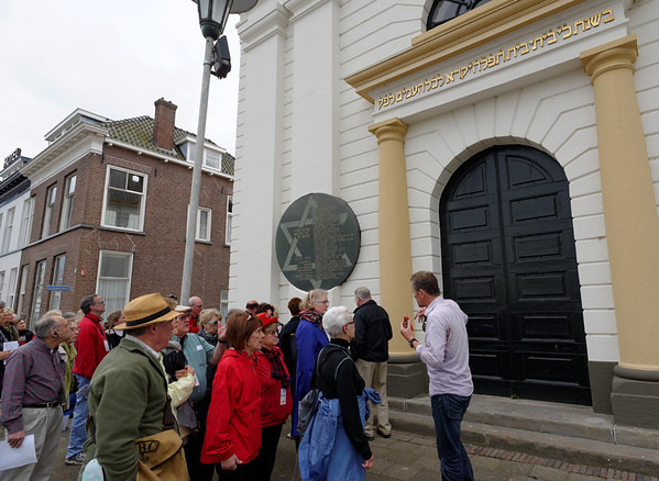Kampen; commemorates 34 Jewish residents of Kampen who were deported and murdered in World War II. The memorial hangs on the facade of the former synagogue.