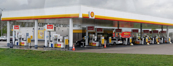 Toward The Hague; lots of Shell stations as one might imagine