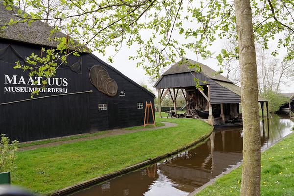 Giethoorn; canal barn