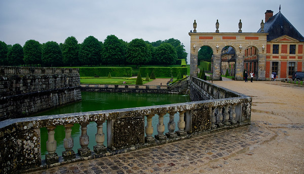 Vaux-le-Vicomte, moat and grounds