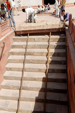 Lowering a stone slab down steep steps with people power, Humayun's Tomb, Delhi