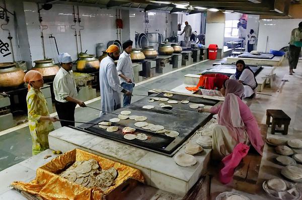 Cooking the flat bread, Bangla Sahib, Delhi