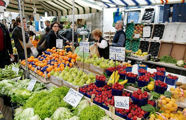 huge street market, Milan