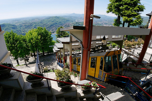 funicular arriving at Brunate above Como