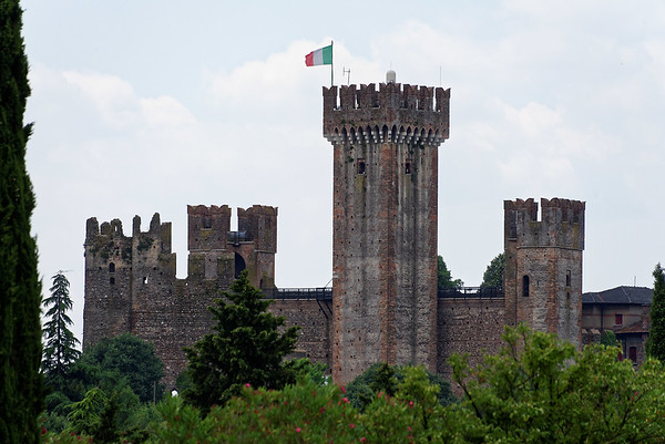 Valeggio, Parco Sigurta Giardino; the castle with the original turret to the far left