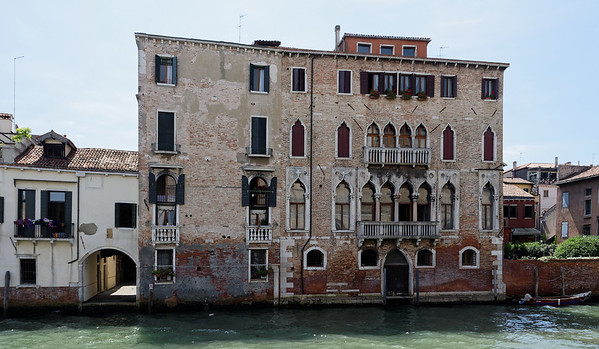 Venice; wealthy occupants - floor 0 is for business and supplies, 1 is for welcoming guests, 2 is for sleeping, 3 is for servants, and top is for cooking