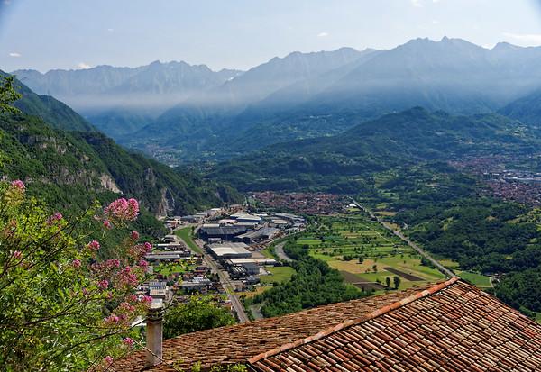 La Sognata walk, smoke starts to build up over the valley