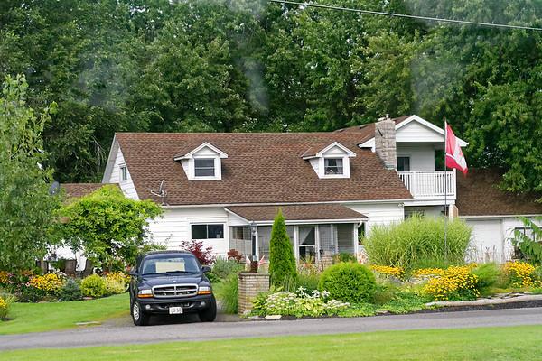 Niagara River Canadian side, homes along the river