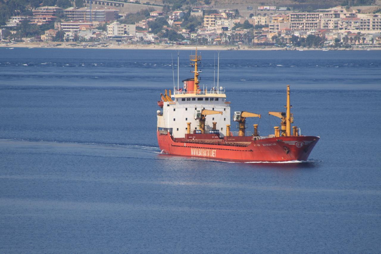 2009 - M/S AYHAN BAYRAKTAR crossing the Strait of Messina.