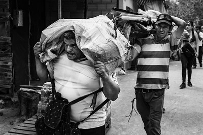 Venezuelans move scrap from Venezuela to sell in Colombia, incredibly the great effort is enough to buy food. Cúcuta, Colombia. Photo: Dany Krom.