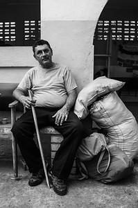 Venezuelan with blindness recently arrived at the refuge of Migration Colombia waits for a space. Photo: Dany Krom. / Venezolano con ceguera recién llegado al refugio de Migración Colombia espera por un espacio. Foto: Dany Krom