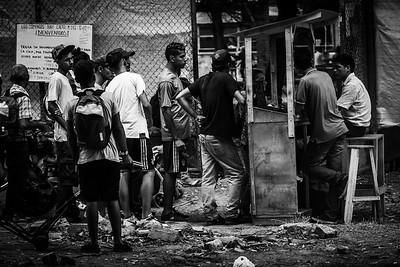 Line of Venezuelan refugees to get free food offered by a church near the border. Photo: Dany Krom. / Fila de refugiados venezolanos para conseguir comida gratuita ofrecida pòr una iglesia cercana a la frontera. Foto: Dany Krom.