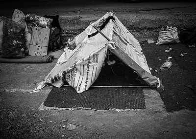 Venezuelan refugees camp to secure the free breakfast offered by a church near the border. Photo: Dany Krom. / Refugiados venezolanos acampan para asegurar el desayuno gratuito que ofrece una iglesia cerca de la frontera. Foto: Dany Krom.