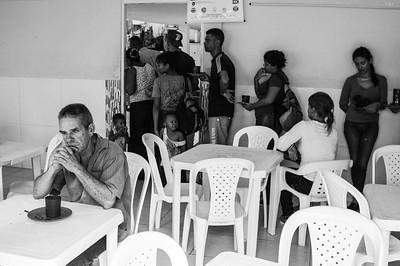 Venezuelan refugees at the Migration Center Colombia line up to receive lunch. Photo: Dany Krom. / Refugiados venezolanos en el Centro de Migración Colombia hacen fila para recibir almuerzo. Foto: Dany Krom.