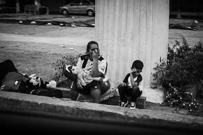 Venezuelan woman cries next to her son after crossing the border. Photo: Dany Krom. / Mujer venezolana llora al lado de su hijo tras haber cruzado la frontera. Foto: Dany Krom